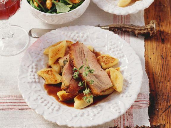 Kalbsbrustbraten in Rotweinsoße mit Kartoffelnocken dazu Salat