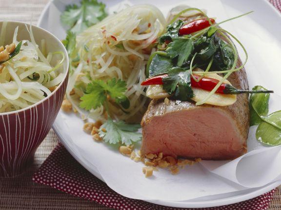 """Kalbsfilet """"en papilotte"""" mit Salat aus grüner Papaya und Erdnüssen"""