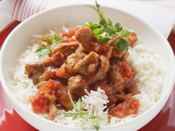Kalbsgeschnetzeltes mit Tomatensauce auf Reis