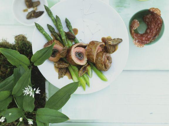 Kalbsröllchen mit Bärlauch, Salami und Spargel