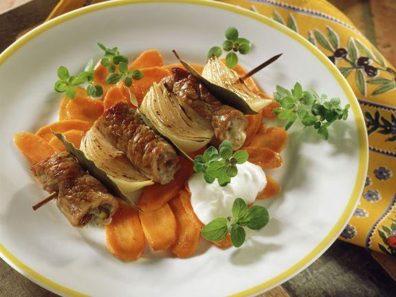 Kalbsröllchen-Zwiebel-Spieß mit Karottenchips