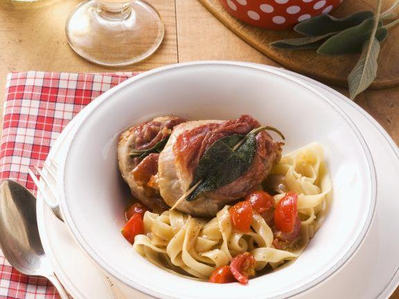 Kalbsschnitzel mit Speck und Salbei (Saltimbocca) dazu Bandnudeln