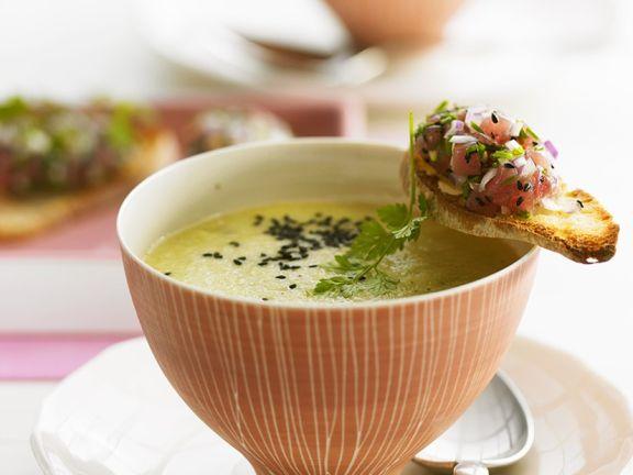 Kalte Gurkensuppe mit Thunfisch-Brotchips