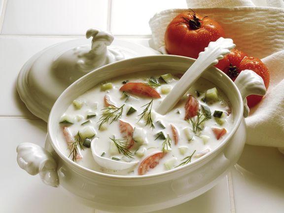 Kalte Kefirsuppe mit Gurken und Tomaten
