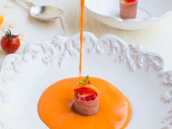 Kalte Tomaten-Paprikasuppe mit Lachs-Häppchen