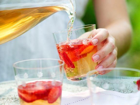 Kalter Gewürzwein mit frischen Erdbeeren
