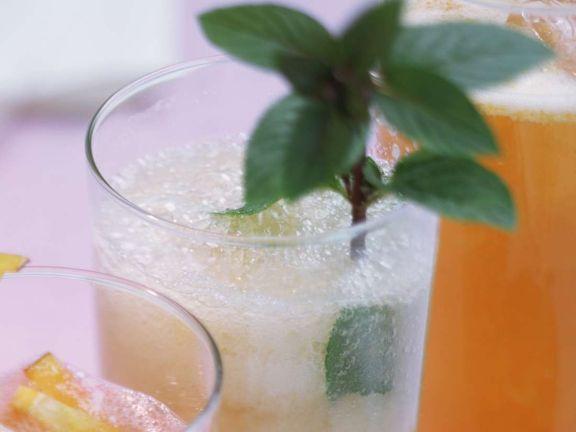 Karambole-Grapefruit-Drink mit Bitter Lemon