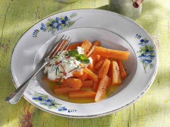 Karamellisierte Karotten mit Minz-Apfel-Dip