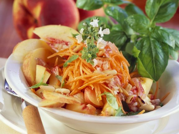 Karotten-Pfirsich-Salat mit Pinienkernen