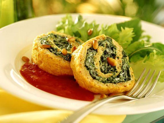 Karottenomelett-Spinat-Rolle mit Tomatensugo