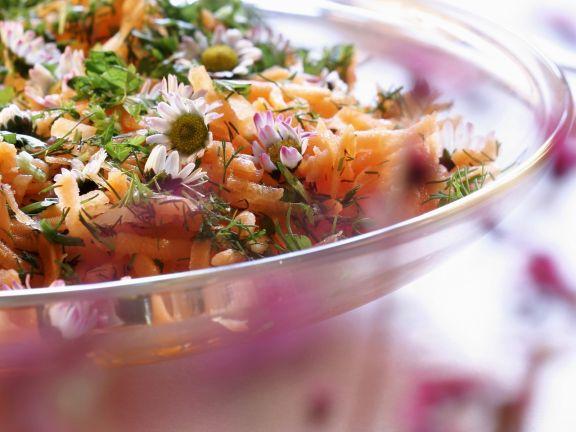 Karottensalat mit Gänseblümchen