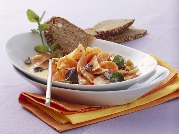 Karottensalat mit Pinienkernen und Joghurtdressing