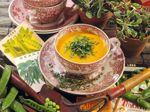 Karottensuppe mit Salbei und Basilikum