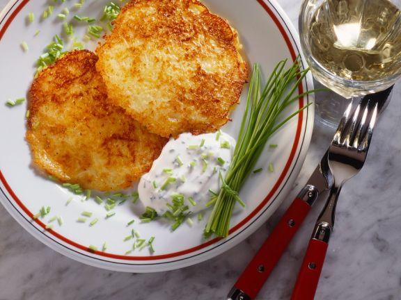 Kartoffel-Apfel-Zwiebel-Puffer mit Schnittlauchrahm