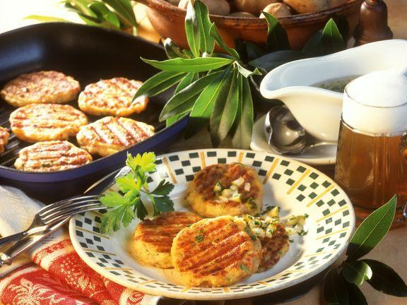 Kartoffel-Frikadellen mit Zwiebel-Gurken-Vinaigrette