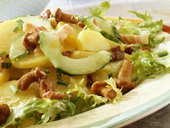 Kartoffel-Gurken-Salat mit Pilzen und Speck