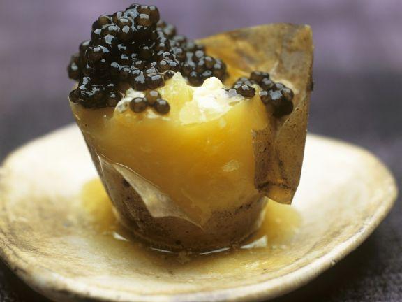 Kartoffel mit Kaviar und Schmand