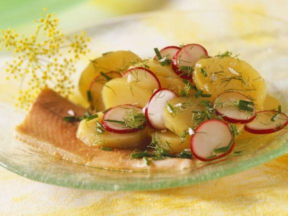 Kartoffel-Radieschen-Salat mit geräucherter Forelle