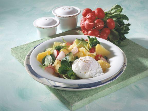 Kartoffel-Radieschen-Salat mit pochierten Eiern