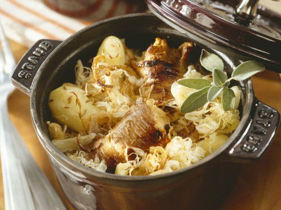 Kartoffel-Sauerkraut-Eintopf mit Schweinefleischrouladen