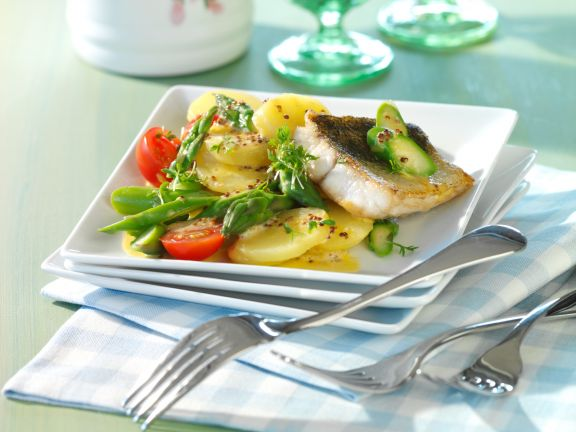 Kartoffel-Spargelsalat mit gebratenem Zanderfilet