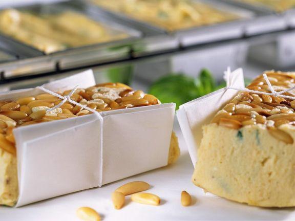 Kartoffel-Ziegenkäse-Terrine mit Pinienkernen