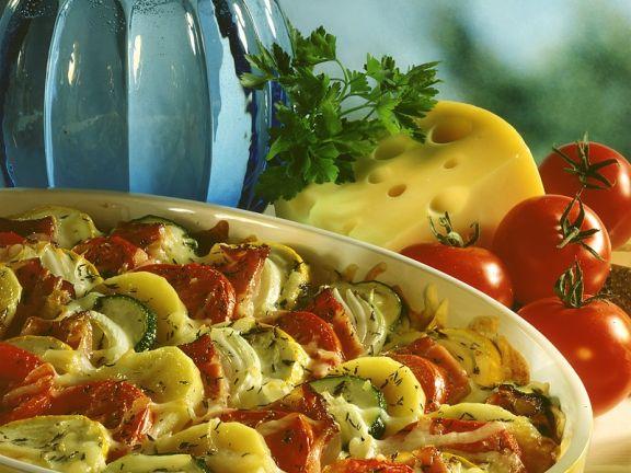 Kartoffel-Zucchini-Gratin mit Tomaten und Speck
