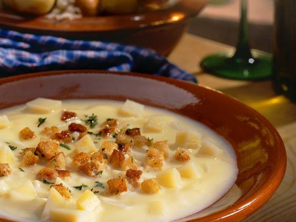 Kartoffelcremesuppe mit Weißbrotwürfeln