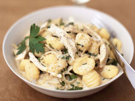 Kartoffelgnocchi mit Hähnchenfleisch und Sahnesoße