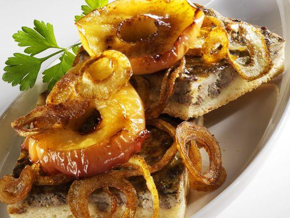 Kartoffelkuchen mit Leber, Apfel und Zwiebeln