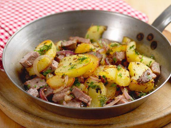 Kartoffeln aus der Pfanne mit Fleisch
