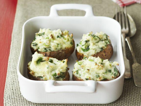 Kartoffeln gefüllt mit Käse und Frühlingszwiebeln