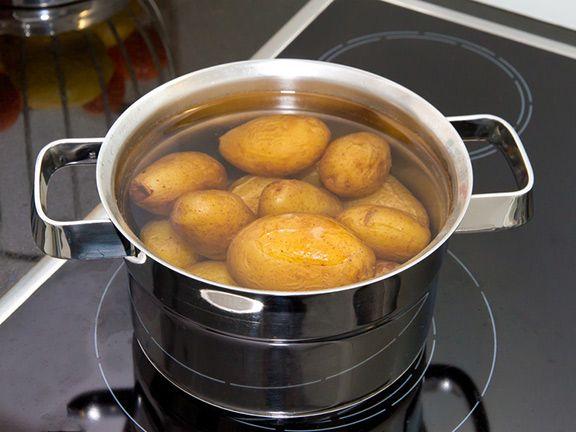 Gekochtes Kartoffelwasser weggießen