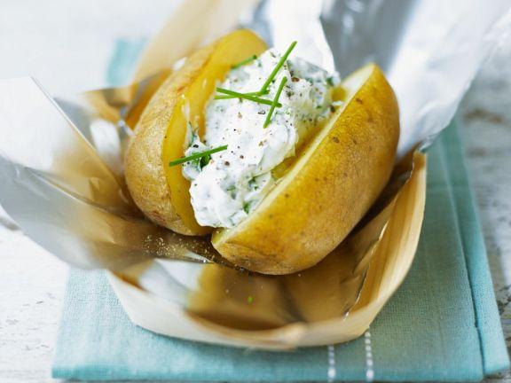 Kartoffeln in Alufolie mit Kräuterquark