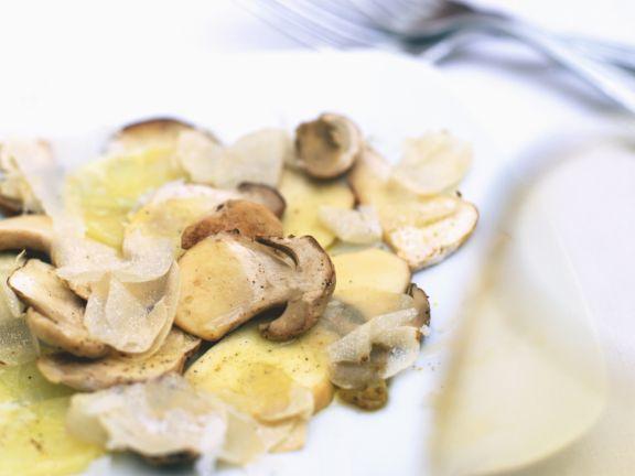 Kartoffeln und Steinpilze mit weißem Trüffel