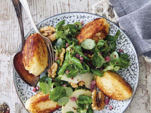 Kartoffelnocken und Äpfel auf Feldsalat