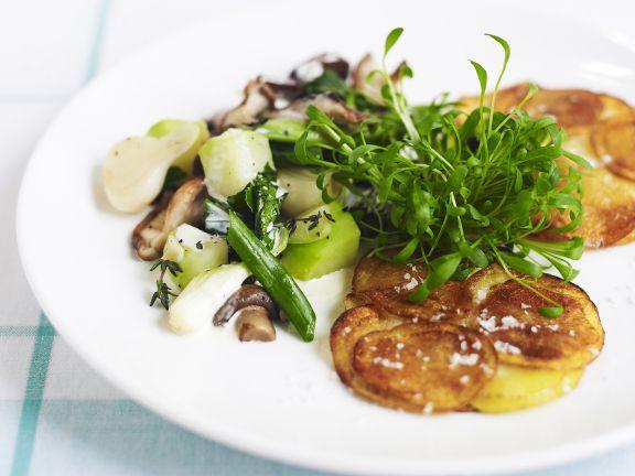Kartoffelpuffer mit gemischtem Gemüse und Kresse