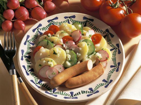 Kartoffelsalat mit Gemüse und Wiener Würstl