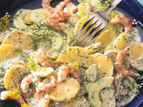Kartoffelsalat mit Gurken und Shrimps