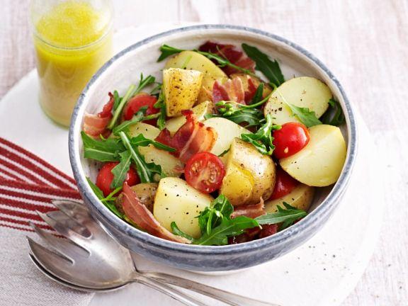 Kartoffelsalat mit Speck und Tomaten