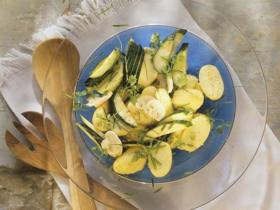 Kartoffelsalat mit Zucchini und Champignons