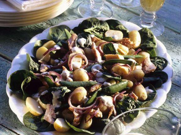 Kartoffelsalat mit Zuckerschoten und Räucherfisch