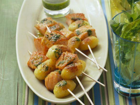 Kartoffelspieße mit Lachs dazu Rucolapesto