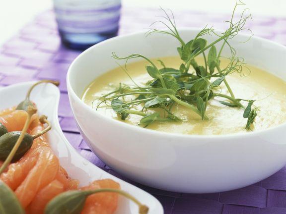Kartoffelsuppe mit geräuchertem Lachs und Apfernäpfeln