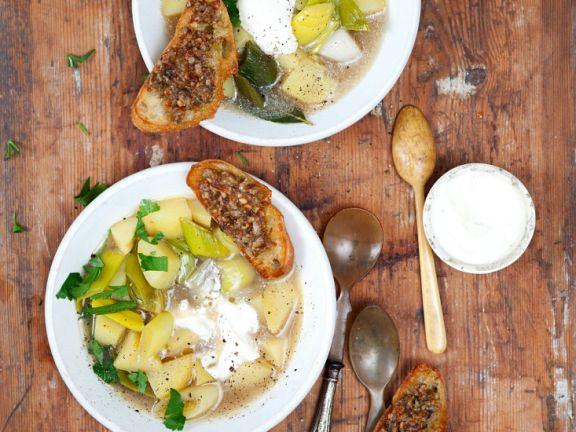 Kartoffelsuppe mit Lauch und Röstbrot