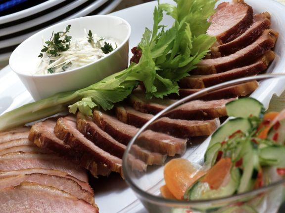 Kasselerbraten mit süß-saurem Gurkengemüse und Meerrettich-Creme