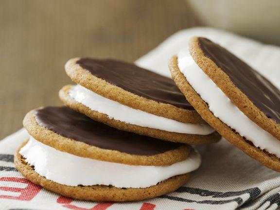 Kekse mit Mashmallows und Schokoguss