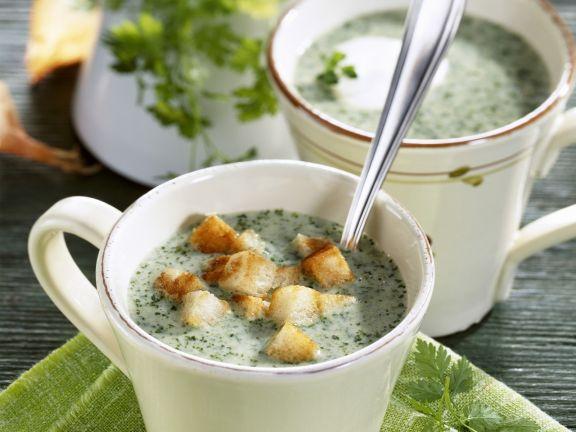 Kerbelsuppe mit Weißbrotwürfeln
