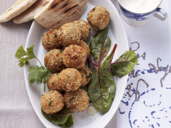 Kichererbsenbällchen (Falafel) mit Joghurtsoße und Aprikosendip