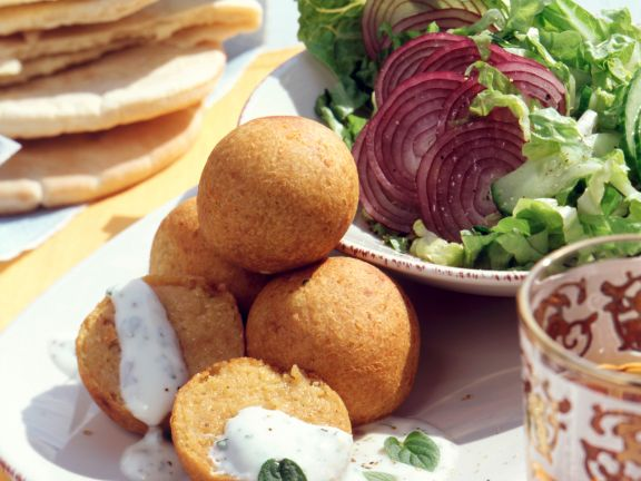 Kichererbsenbällchen mit Minzjoghurt